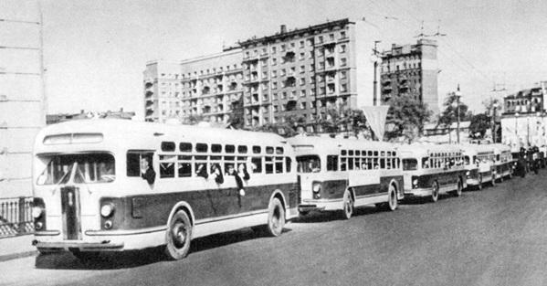 Автобусы! История автобусов на улицах Москвы! На фотографии московские автобусы ЗИС-154. 1947 год.