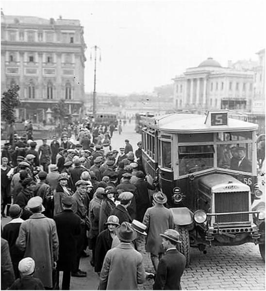 Автобусы! История автобусов на улицах Москвы! На фотографии анлийский праворульный «Лейланд» - первый московский автобус.