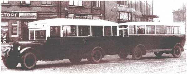 Автобусы! История автобусов на улицах Москвы! На фотографии автобус ЗИС-8 с прицепом.